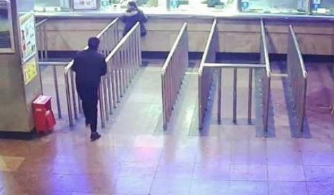 男子醉酒连误两趟车  拿灭火器将售票窗口玻璃砸碎后逃跑